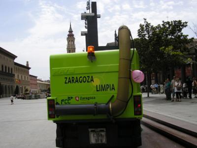 20090615105355-mhuel-m-quina-de-limpieza-y-globito-laico.-zaragoza-14-06-09.-foto-v.-trigo.jpg