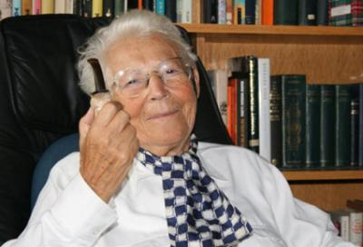 20121025202204-hanna-segal-1918-2011-with-trademark-pipe-in-hand-it-was-occasionally-exchanged-for-a-cheroot.jpg